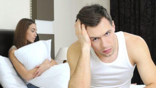 Homem chateado com a perda de ereção.