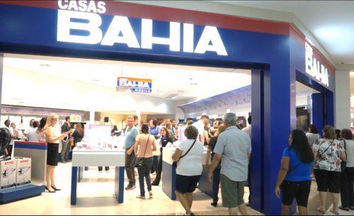 Clientes alvoroçados por promoções na Casas Bahia.