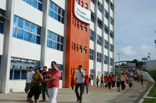 Alunos indo embora da faculdade Anhanguera apos termino das aulas.