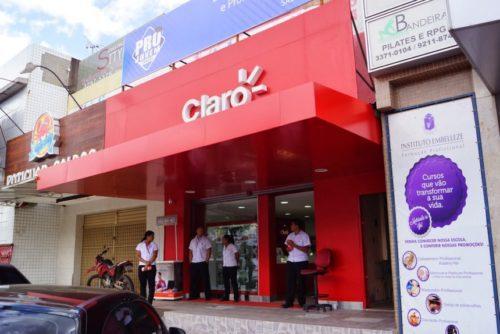 Funcionários da Claro aguardando ansiosamente os clientes.