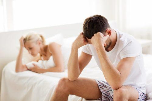 Homem e namorada triste por causa da impotência sexual.
