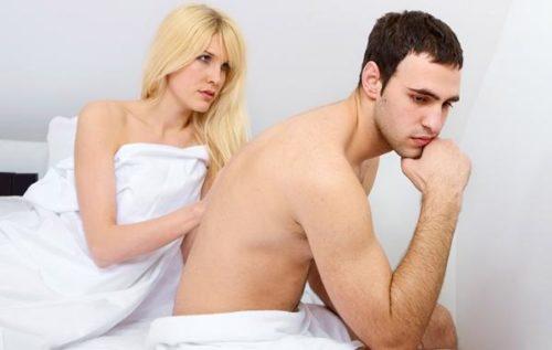 Homem e namorada tristes por causa da impotência sexual.