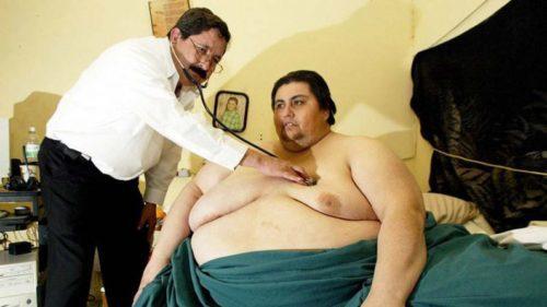 Doutor examina paciente com obesidade mórbida.