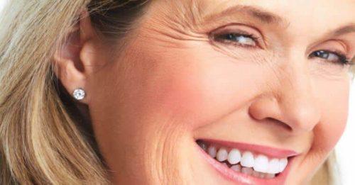 Senhora exibe sorriso com rugas suavizadas pelo creme