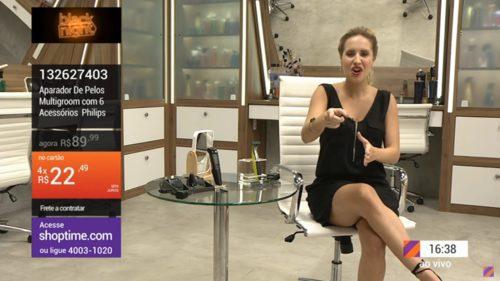 Apresentadora do Shoptime na TV falando sobre as ofertas.