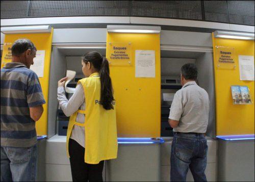 Jovem aprendiz ajudando cliente do Banco do Brasil