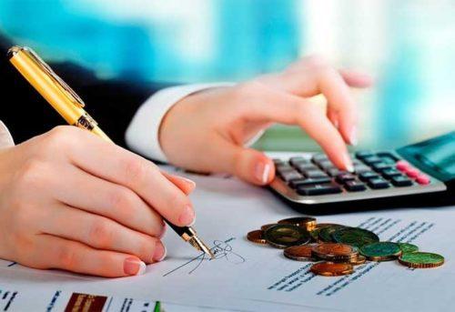 Pessoa calculando o empréstimo solicitado