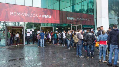 Centenas de alunos aguardando na porta da faculdade FMU
