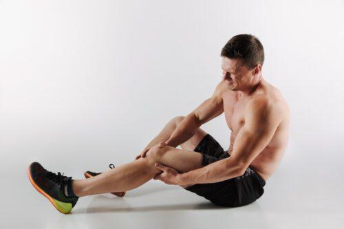 Homem caiu no chão com dor muscular.