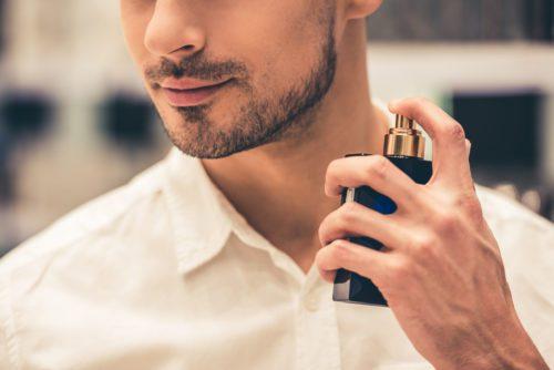 Homem com barba feita passa perfume no pescoço da Calvin Klein