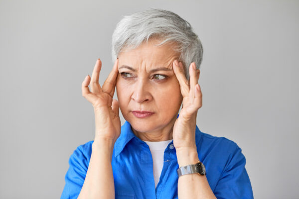 Mulher terceira idade preocupada com as rugas