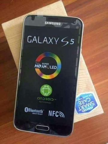 Smartphone Samsung Galaxy S5, dentro e fora da caixa.