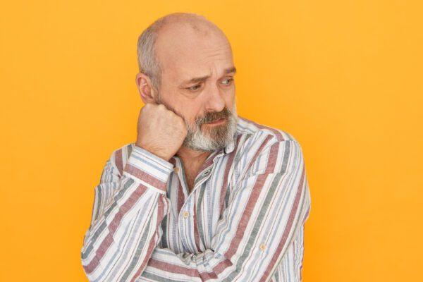 homem extremamente triste por causa da queda de cabelo