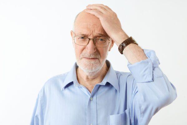 homem terceira idade preocupado com a queda de cabelo