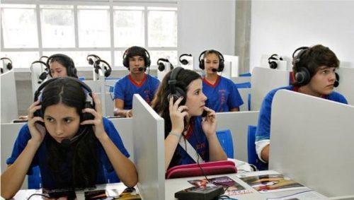 Jovem Aprendiz no Rio de Janeiro atendendo call center.