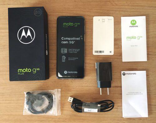 Smartphone moto g5 e embalagem com acessórios.