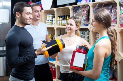 Vendedor da loja de suplementos apresenta os melhores para engordar.