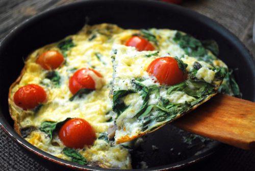 Omelete com tomate feito na frigideira