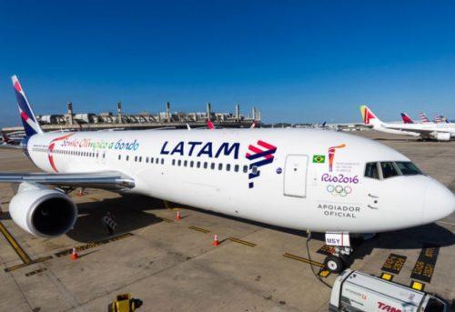 Avião da Latam parada no hangar do aeroporto.