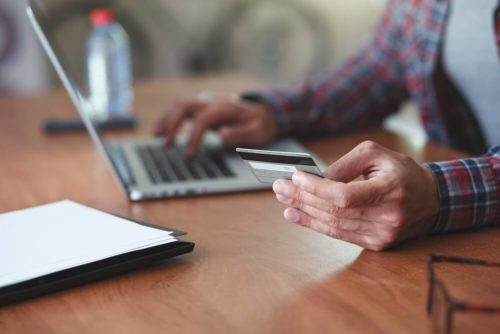 Gerente analisando o credito do cliente Cetelem.