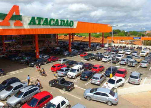 Centenas de carros estacionados no Supermercado Atacadão