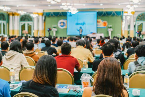 Centenas de estudantes em sala de aula.