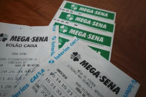 Bilhetes da Mega-Sena dispostos na mesa