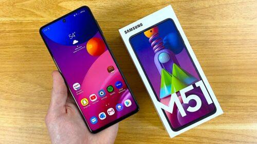 Smartphone Samsung Galaxy M51, dentro e fora da caixa.